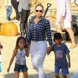 Jennifer Lopez con sus hijos Emme y Max en la plantación de calabazas de Los Angeles