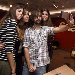 El Pescao haciéndose fotos con los fans en una firma de discos en Madrid