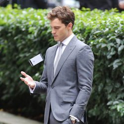 Jamie Dornan juega con el móvil en el rodaje de las nuevas escenas de 'Cincuenta sombras de Grey'