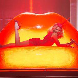 Kylie Minogue en un concierto de su gira Kiss Me Once Tour