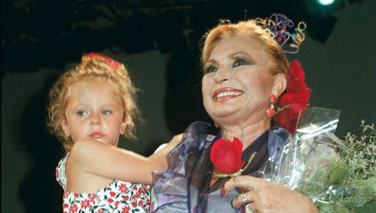 Rocío Jurado con su nieta Rocío Flores Carrasco durante un concierto