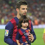 Gerard Piqué con su hijo Milan en el partido Barça-Eibar