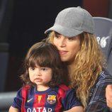 Shakira sostiene a Milan Piqué en el partido Barça-Eibar