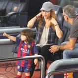 MIlan Piqué señala con el dedo junto a Shakira y Joan Piqué en el partido Barça-Eibar