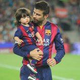 Gerard Piqué lleva en brazos a su hijo Milan en el partido Barça-Eibar