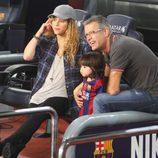 Shakira, Milan y Joan Piqué en el partido Barça-Eibar