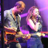Chenoa en un concierto junto a Javier Arpa