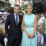 Luján Argüelles y Carlos Sánchez Arenas en la boda de Leire Martínez y Jacobo Bustamante