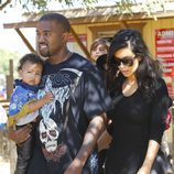 Kim Kardashian, Kanye West  y su hija North en el Moorpark