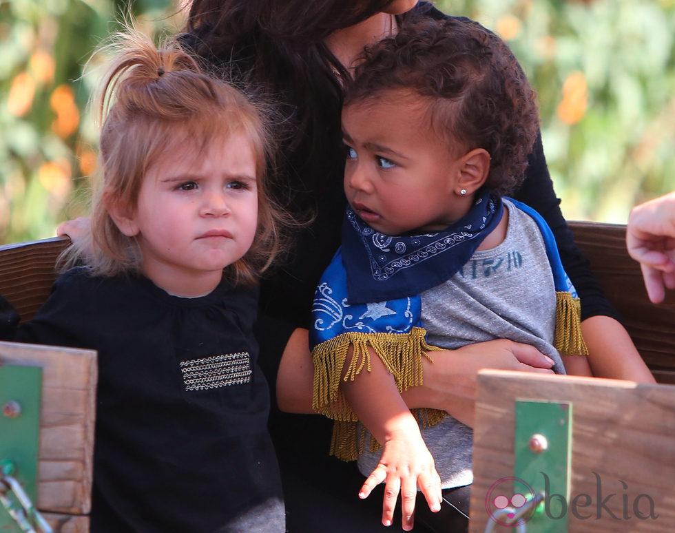 North West y Penelope Disick en el Moorpark de California