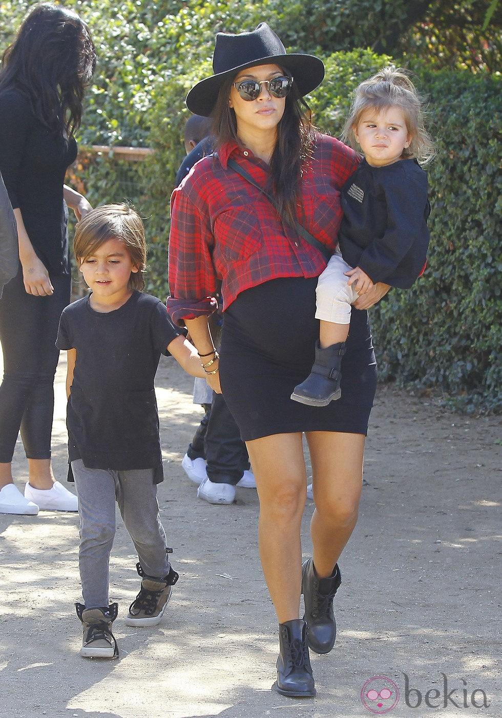 Kourtney Kardashian luce embarazada con sus dos hijos, Mason y Penelope
