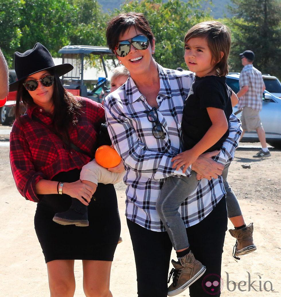 Kourtney Kardashian con Kris Jenner y su nieto Mason Disick en el Moorpark de California