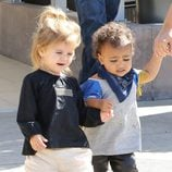 North West y Penelope Disick pasean en el Moorpark de California