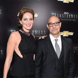 Stanley Tucci y Felicity Blunt en la premiere de 'Transformers: La era de la extinción'