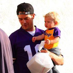 Josh Duhamel y su hijo Axl asisten a un partido de fútbol en Minessota