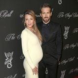 Blake Lively luciendo embarazo con Ryan Reynolds en la Gala Angel Ball 2014