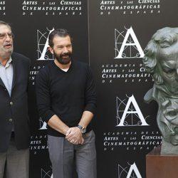 Antonio Banderas junto a Enrique González Macho en la rueda de prensa del Goya de Honor 2015