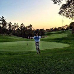 Andrés Velencoso jugando al golf