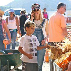 Gwen Stefani y su hijo Kingston visitando un huerto de calabazas en Moorpark, California