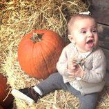 La Princesa Leonor de Suecia junto a una calabaza de Halloween