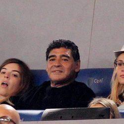 Diego Maradona y Rocío Oliva viendo un partido de fútbol en el Estadio Olímpico de Roma en 2013