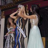 Patricia Yurena cediendo la corona de Miss España a Desiré Cordero