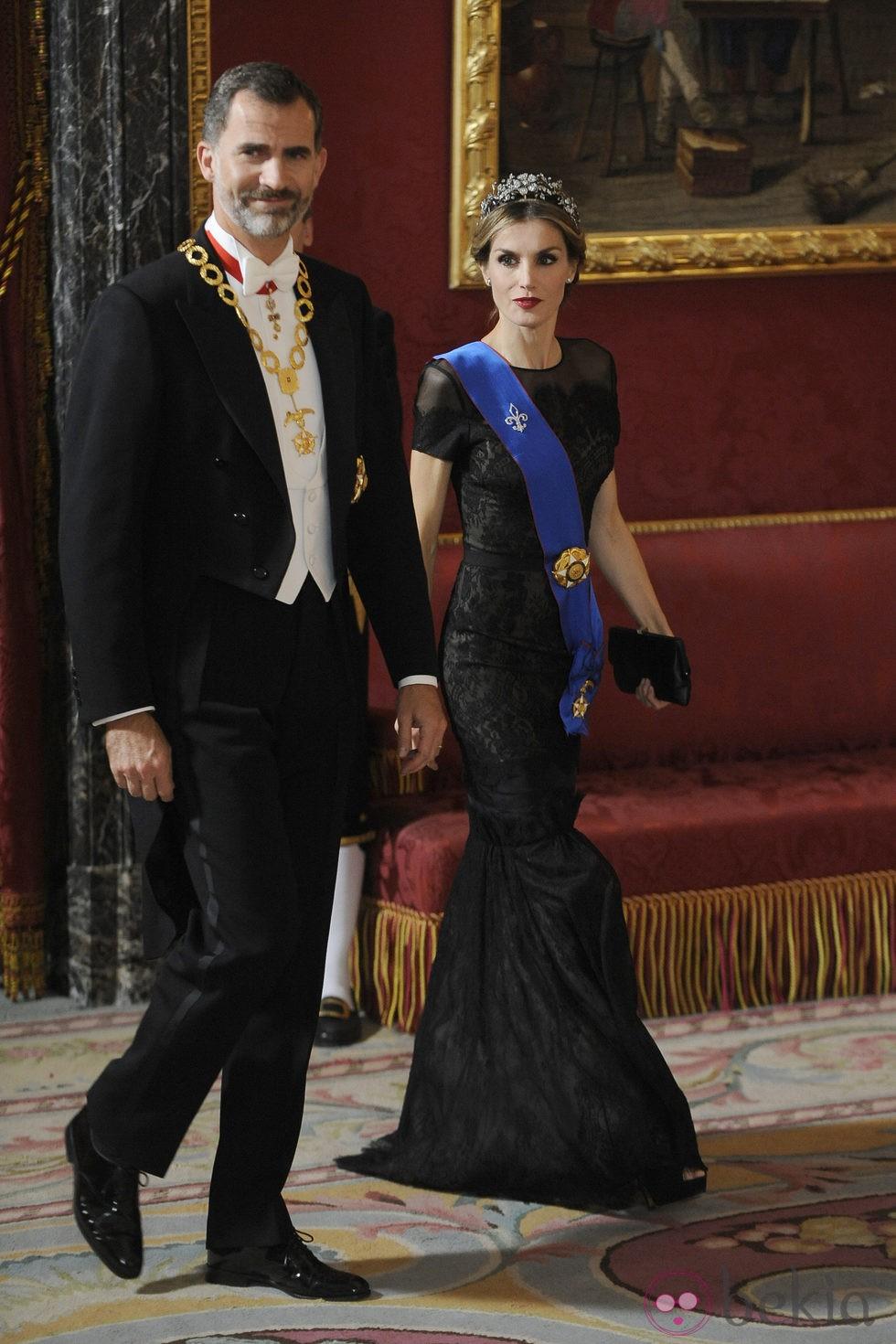Los Reyes Felipe y Letizia llegando a su primera cena de gala como Reyes