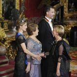Rosa Díez saludando a los Reyes Felipe y Letizia y a Michelle Bachelet en la cena de gala
