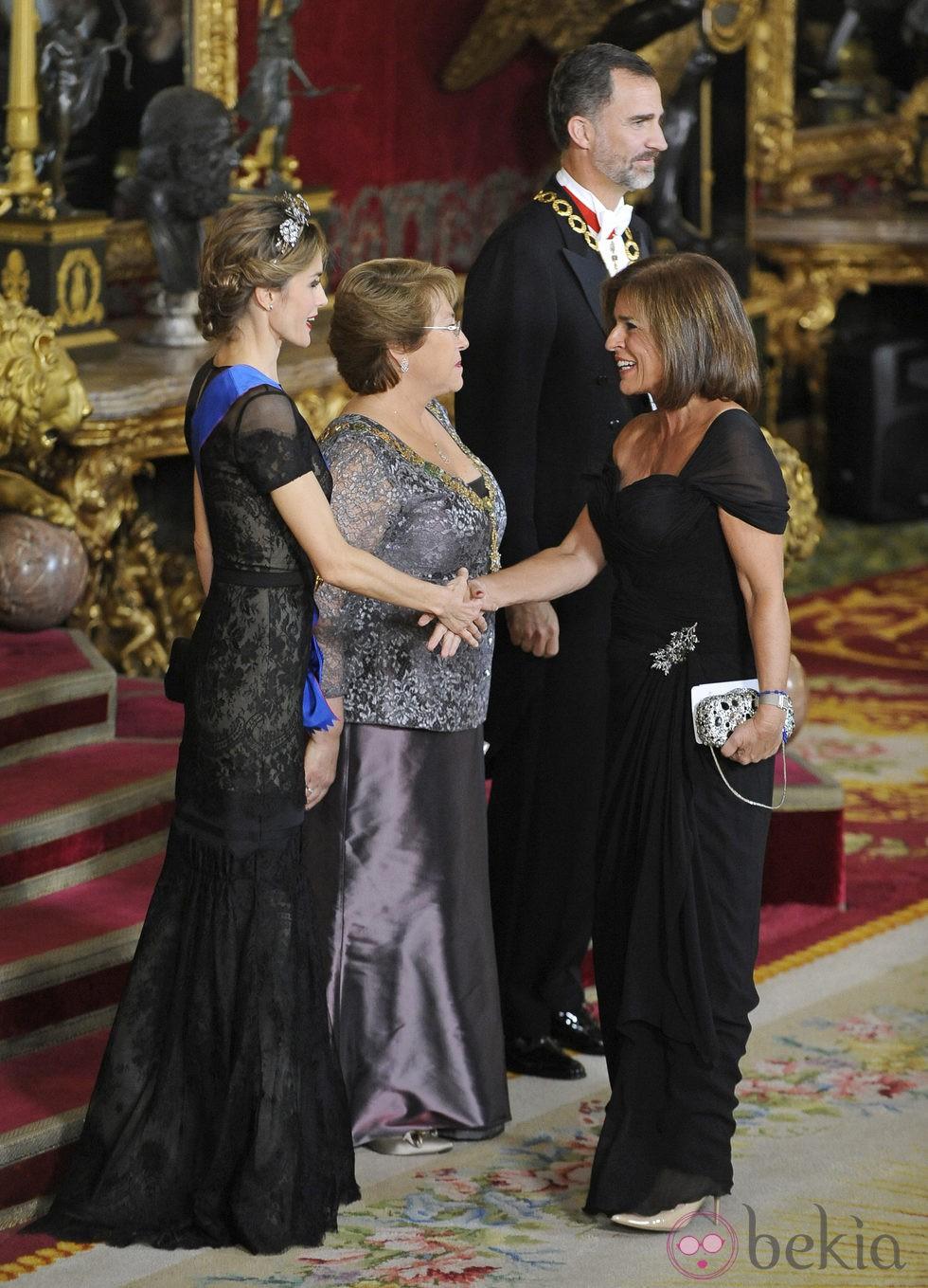 Ana Botella saludando a los Reyes Felipe y Letizia y a Michelle Bachelet en la cena de gala