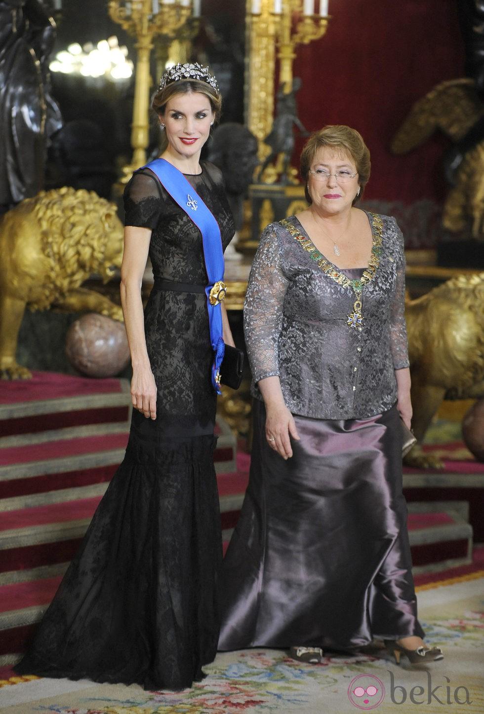 La Reina Letizia y Michelle Bachelet en la cena de gala ofrecida en honor de la Presidenta de Chile