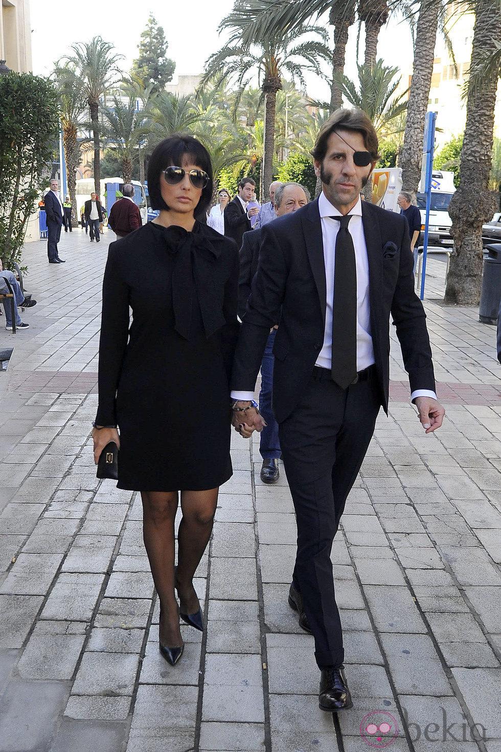 Juan José Padilla y Lidia Cabello en el entierro de José María Manzanares padre