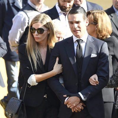 José María Manzanares despide a su padre arropado por su mujer Rocío Escalona