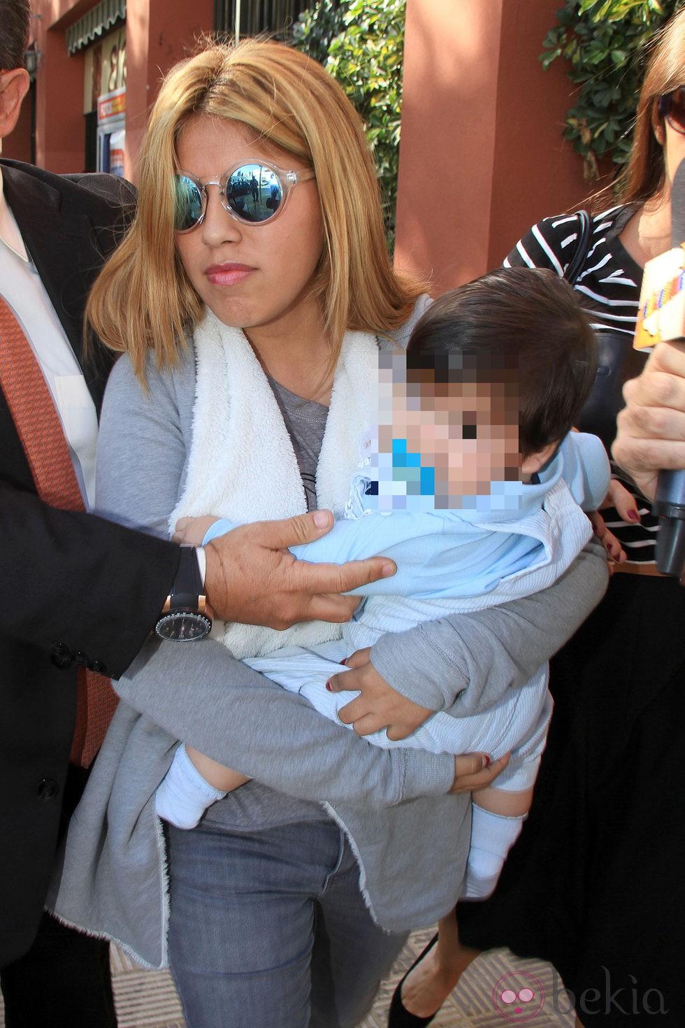 Chabelita Pantoja con su hijo Alberto Isla en brazos llegando a una comisaría de Sevilla