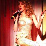 Kylie Minogue en la fiesta del 60 cumpleaños de Mario Testino saliendo de una tarta