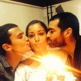 Hiba Abouk sopla las velas de sus 28 cumpleaños con Álex González y Rubén Cortada
