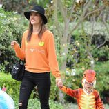 Alessandra Ambrosio asiste a una fiesta de Halloween 2014 con su familia