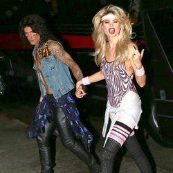 Adam Levine y Behati Prinsloo van a una fiesta de Halloween 2014 en Sherman Oaks