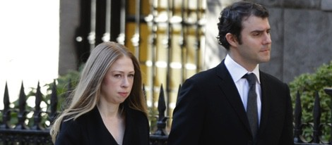 Chelsea Clinton y Marc Mezvinsky en el funeral de Oscar de la Renta en Nueva York