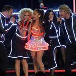 Ariana Grande con 'Little Big Town' en la gala de entrega de los CMA Awards 2014