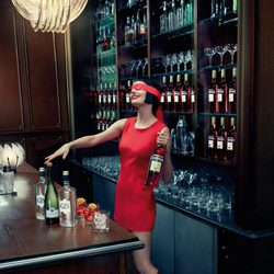 Eva Green cata bebidas en el mes de octubre del Calendario Campari 2015
