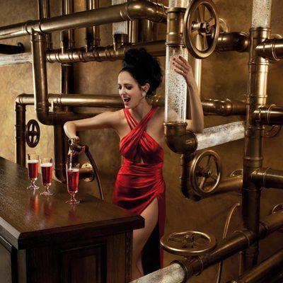 Eva Green es una camarera en el mes de febrero del Calendario Campari 2015