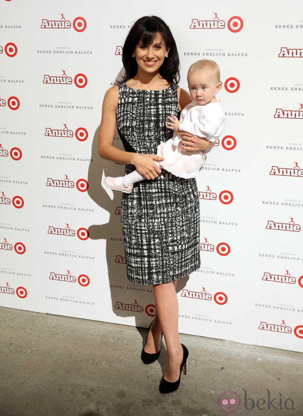 Hilaria Thomas con su hija Carmen Gabriela en la presentación de una colección de Target