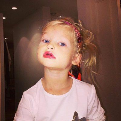 Jessica Simpson comparte fotos de su hija Maxwell posando con los labios pintados