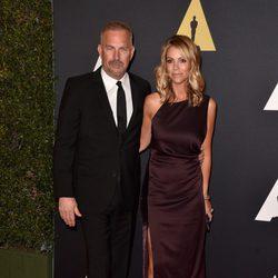 Kevin Costner y Christine Baumqartner en los 'Premios Governors' 2014