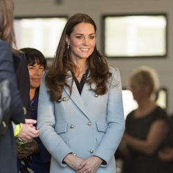 Kate Middleton luce embarazo en Gales