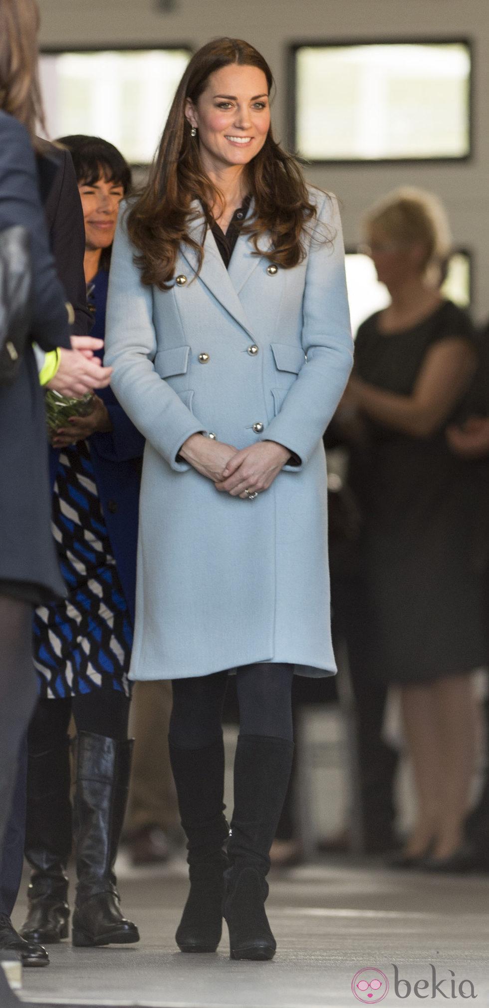 Kate Middleton luce embarazo en Gales