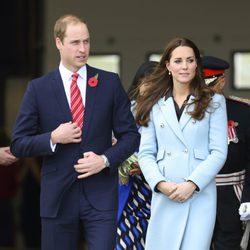 El Príncipe Guillermo y Kate Middleton visitan una refinería en Gales
