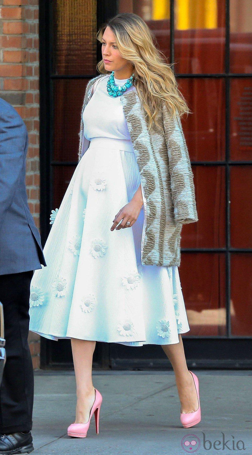 Blake Lively presume de embarazo con un vestido blanco