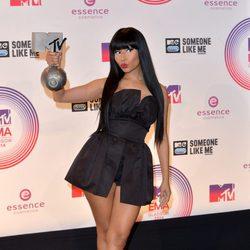Nicki Minaj posando con su galardón de los MTV EMA 2014