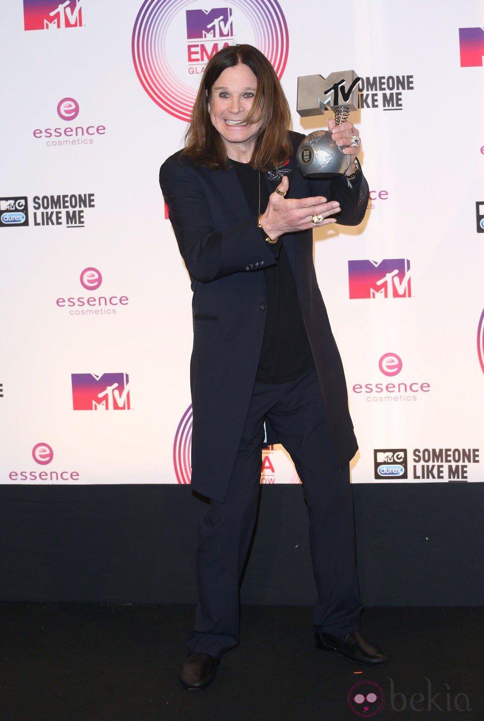 Ozzy Osbourne posando con su galardón de los MTV EMA 2014